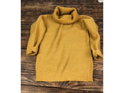 Объемный теплый свитер с горловиной-хомутом